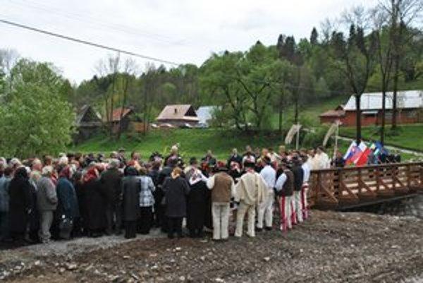 Oficiálne otvorenie mosta. Zúčastnila sa ho takmer celá obec.