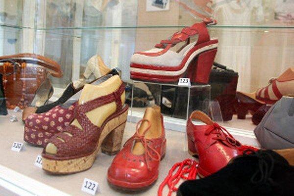 Topánky sú súčasťou výstavy Ach, tie ženy márnivé!