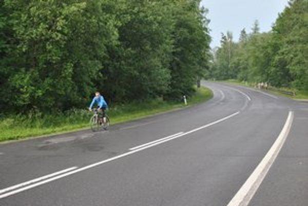 Cyklisti jazdia po cestách. Vysoké Tatry potrebujú cyklochodníky ako soľ.