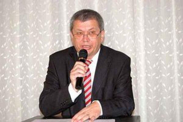 Predseda PFZ Štefan Vaľko. Pozorne sleduje dianie v popradskom futbale.