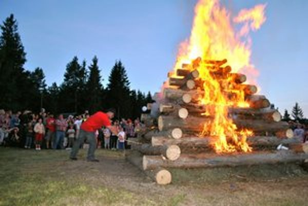 Tradičná vatra. Je súčasťou otváracieho ceremoniálu na festivale.