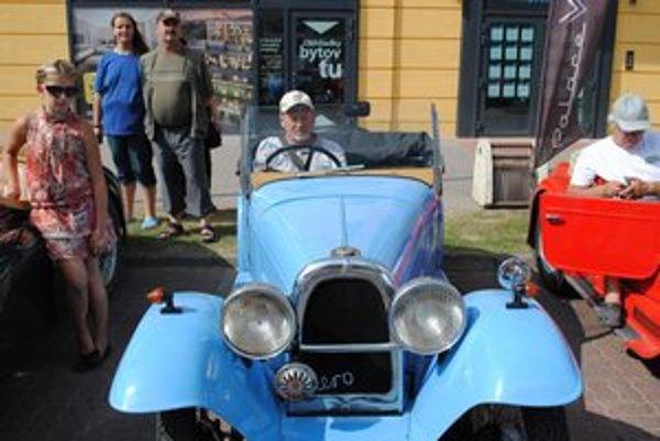 """Miroslav Takáč a jeho Aero """"Cililing"""". Jednu z prezývok získalo auto kvôli zvuku vydávanému pri štartovaní."""