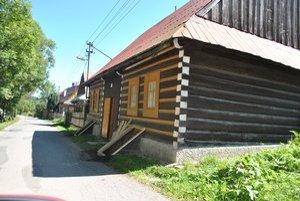 Na ulici. V Osturni sa nachádza viac ako 120 dreveníc.