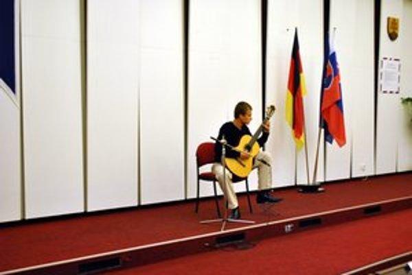 Kultúrny program. Postarali sa oň študenti bilingválnej sekcie gymnázia Spojenej školy.