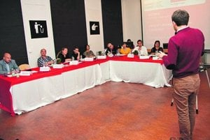 Fotka zo záverečného workshopu – študenti prezentujú svoje projekty medzinárodnej odbornej verejnosti.