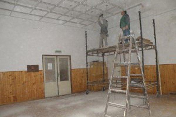 V Kultúrnom dome vo Veľkej Lehôtke pokračujú stavebné úpravy.
