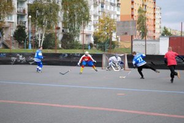 Nevyužité prečíslenie. V zápase dvoch vyspelých tímov ťahal Fanklub (v modrom) za kratší koniec.