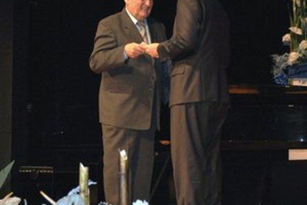 Milan Novák (vľavo). Pri preberaní ceny neskrýval dojatie.