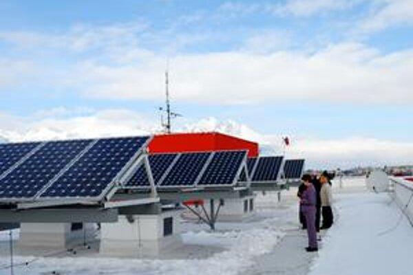 Slnečné kolektory. Na ekologickejšie hotely prispieva aj Európska únia.