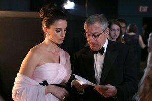 Penelope Cruz (vľavo) počas rozhovoru s hereckým kolegom Robertom De Nirom.