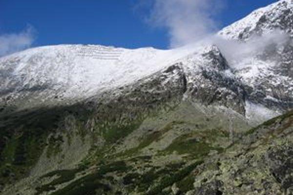 Lomnický hrebeň s Lomnickou vežou by mal byť prístupný pre turistov už od soboty.