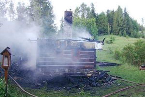 Zostalo len torzo. Po uhasení požiaru sa z chaty ešte dlho dymilo.