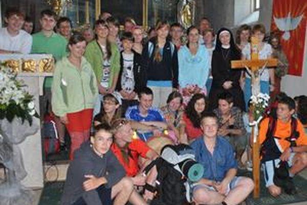 Batohy nachystané. Do Levoče mladých v sobotu sprevádzala rehoľná sestra Katarína, ktorá teraz pôsobí v Estónsku.