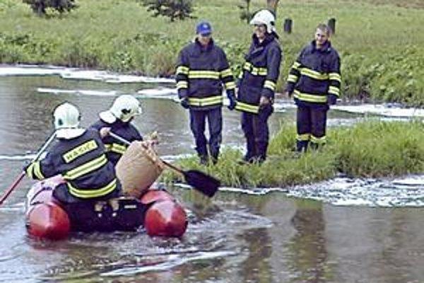 Odstraňovanie nafty. Hasičom pomohlo, že nafta sa dostala na pokojnú hladinu popradského rybníka.