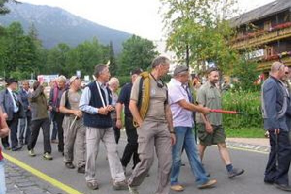 Ostávajú v doline. Aj horskí vodcovia majú svoj sviatok. V ten deň sa chcú stretnúť s verejnosťou, uctiť si tradíciu, osláviť svoje povolanie.