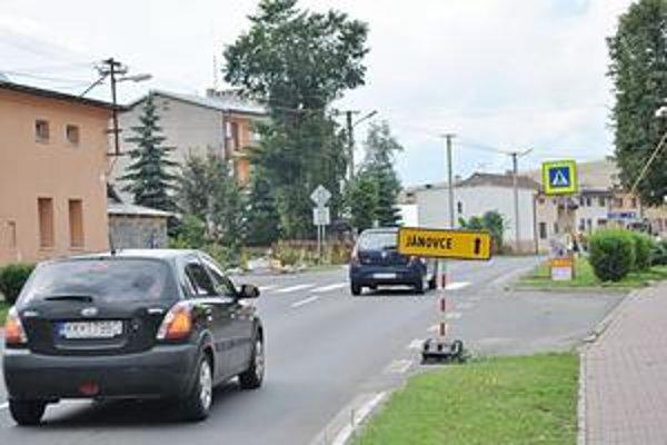 Zradné značenie. Táto značka platí iba pre nákladiaky nad 7,5 tony, ktoré sa kvôli úzkej ceste nemôžu dostať do Jánoviec cez Vrbov.