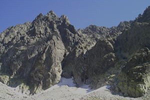 Západná stena masívu Gerlachu nad Batizovskou dolinou za pekného jesenného počasia. V súčasnosti tu však panujú prakticky zimné podmienky, ktoré sa stali osudnými dvojici turistov.