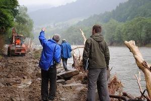 Miliónová cesta. Aj tak možno označiť tento úsek v smere do osady Závodie. Nespočetnekrát ju už zaplavilo a poškodilo. Naposledy tu rieka Poprad odplavila 40-centimetrové nánosy, ktoré tu cestári nazvážali po povodniach.