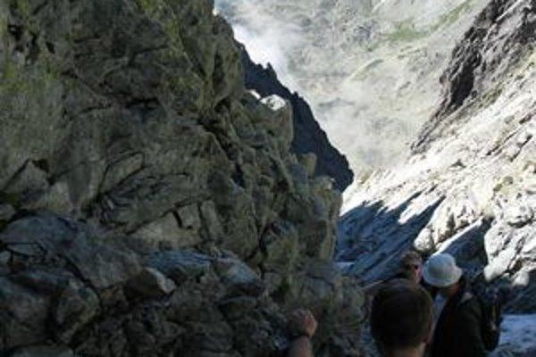 Zostup z Gerlachu Batizovskou próbou. V lámavom žlabe sú padajúce kamene častým problémom.