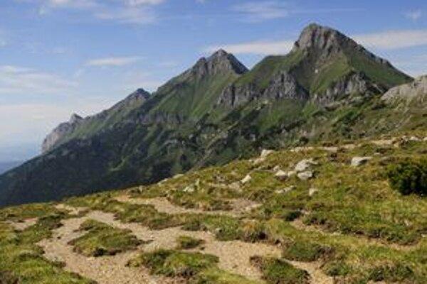 Centrálna časť Belianskych Tatier je úplne uzavretá pre turistov aj horolezcov. Na snímke vpravo Ždiarska vidla, v strede Havran.
