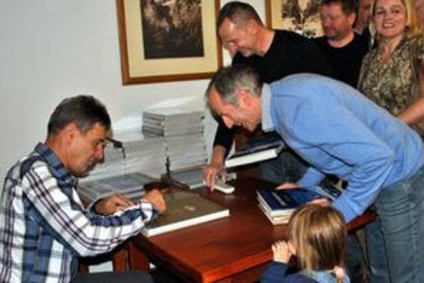 """Tretia kniha. Po krste Ladislav """"Tatko"""" Janiga do kníh rozdával podpisy."""