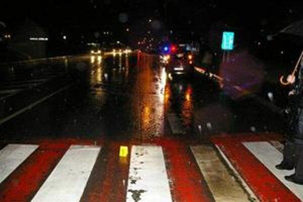Babičku zrazilo auto. Vodič červeného mitsubishi prešiel na tomto frekventovanom priechode 74-ročnú Martu z Popradu.