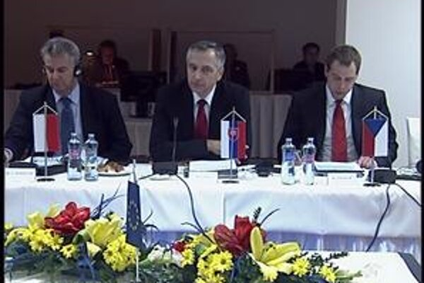 Ministri V4 nechcú, aby kohézny fond prestal prispievať na diaľnice a železnice.