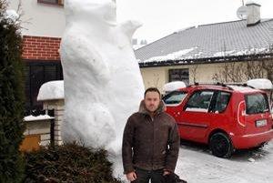Tatranský medveď vymodelovaný v snehu. Gánovčania si na ňom teraz idú oči vyočiť.