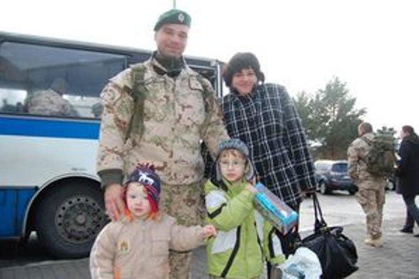 Vojak Ján. Na popradskom letisku ho čakala manželka Anna, štvorročný Oliver a dvojročný Alexander. Starší syn prezradil, že otecko mu veľmi chýbal.