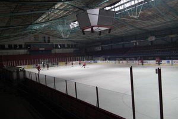 Štadión v Liptovskom Mikuláši. Tu by mali sluchovo postihnutí hrať curling.