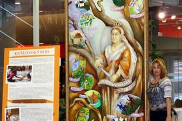 Obraz má zviditeľniť hemofíliu. V popradskom nákupnom centre bude vystavený do konca mesiaca. Na snímke je výtvarníčka Darina Berková.