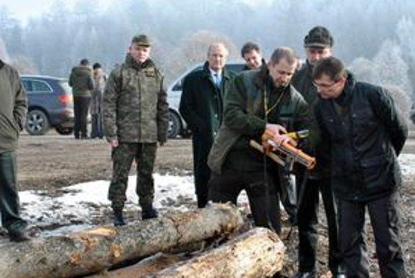 Prísna evidencia. Minister na ochranu súkromných vlastníkov lesa, ktorý zatiaľ spravujú vojaci, nariadil prísnu evidenciu vyťaženého dreva.