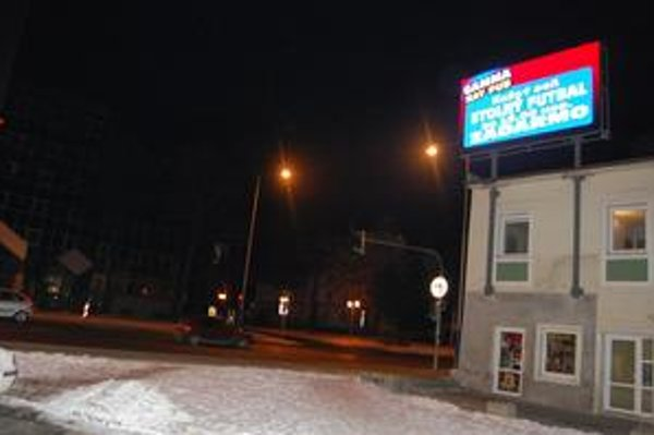 Reklamná tabuľa. Svetlo reklamného pútača ohrozuje vodičov najmä večer.