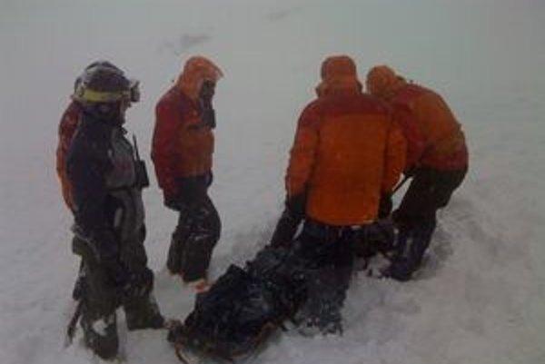 Horská služba pri nedeľňajšom zásahu pod Kartárikovým žľabom. Jednému zo štvorice maďarských lezcov už nedokázala pomôcť.