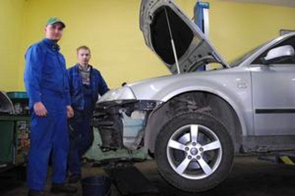 Mechanici veľmi dobre vedia, že výtlky sú pre vozidlá poriadnou záťažou.