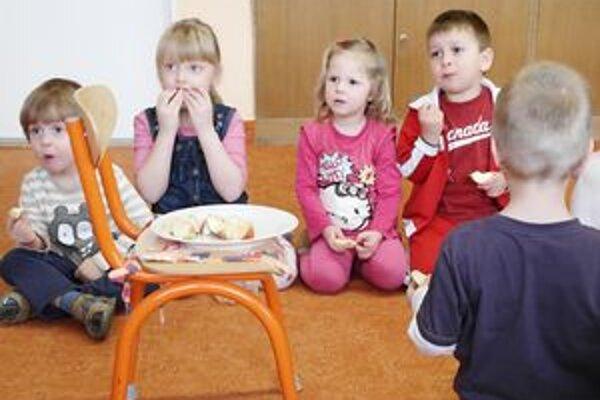 Škôlkari z MŠ na Letnej. Ovocie je každodennou súčasťou ich jedálneho lístka.
