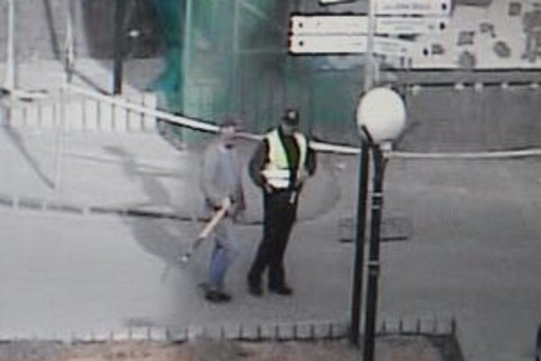 Muža zadržali policajti.