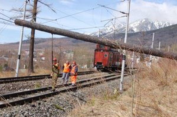 Popadané stromy na železnici v Tatrách.