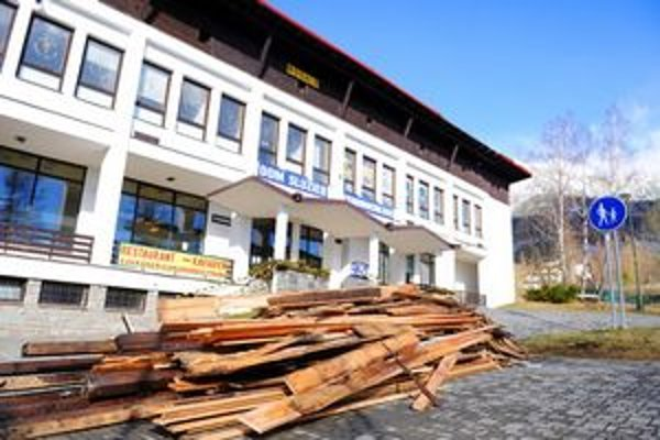 Dom služieb v Starom Smokovci so zničenou strechou.