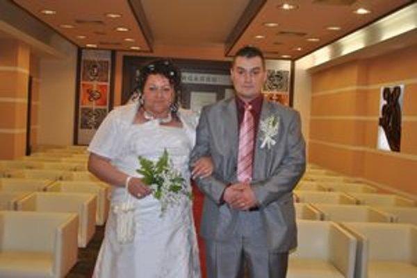 Novomanželia Paraňovci. Vzali sa v piatok trinásteho o trinástej hodine.