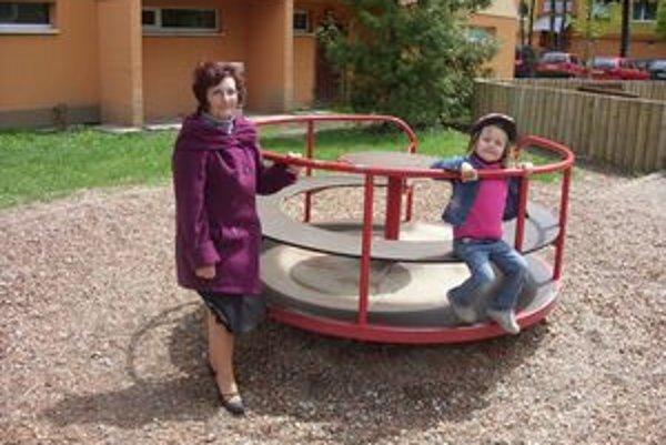 Stará mama s vnučkou. Františka Petríková sa na ihriskách tiež obáva o zdravie svojej vnučky.