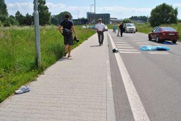 Na novej asfaltke za popradským aquaparkom v pondelok zomrel cyklista. V rýchlosti doň vrazilo auto, ktoré na tejto ceste nemalo čo hľadať.