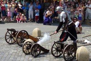 21. ročník festivalu Európske ľudové remeslo sa začal v piatok v areáli Hlavného a Hradného námestia v Kežmarku.