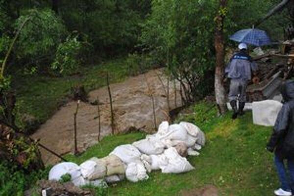 Nešťastný Jozef Karabin. Voda mu zobrala niekoľko metrov z pozemku.