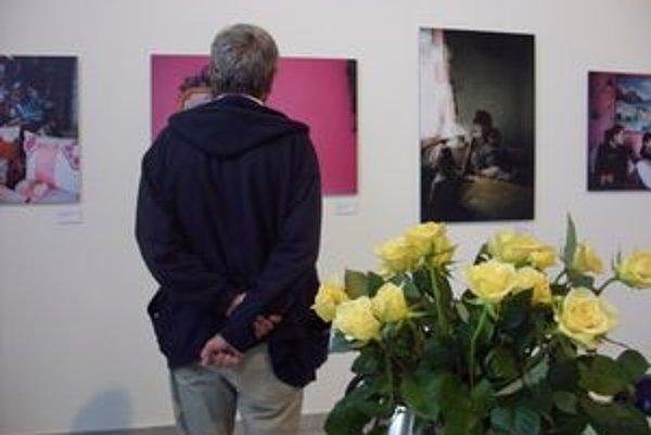 Zo života Rómov. Výstava ponúka nevšedný pohľad na život Rómov v Európe.