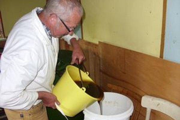 Nedocenená práca. Podľa včelárov cena domáceho medu nezodpovedá jeho kvalite.