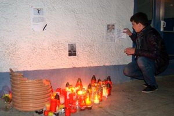 Zdrvení fanúšikovia. Pred popradským štadiónom urobili pietne miesto, kde pálili sviečky a modlili sa za nášho Paľa a jeho kolegov.