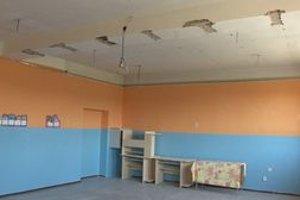 Zrútený sadrokartónový strop v triede.