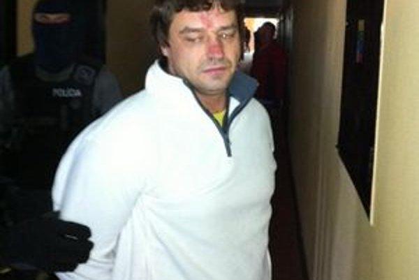 Zatknutie Slavomíra Surového. Kukláči vytiahli v pondelok ráno odsúdeného a hľadaného Surového z izby hotela Gerlach.
