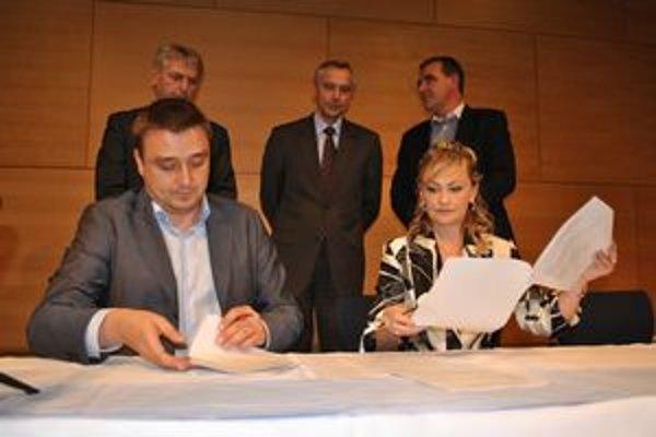 Riaditeľka popradského letiska Ivana Herkeľová podpísala zmluvu s predsedom predstavenstva spoločnosti Eurolot Mariuszom Dabrowskim o pravidelných leteckých linkách.